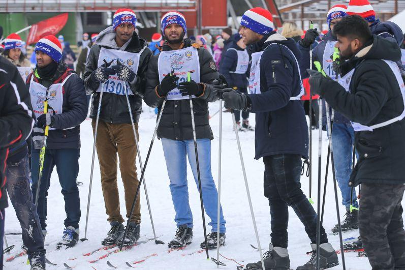 Видно, что на лыжню они встали совсем недавно.