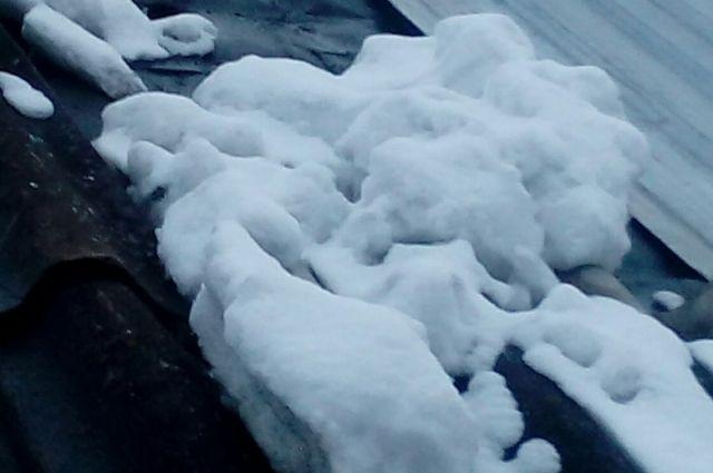 В выходные произошло несколько инцидентов с оттаявшим снегом.
