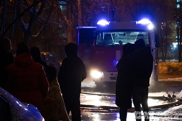 В частном секторе Новосибирска ночью был сильный пожар.