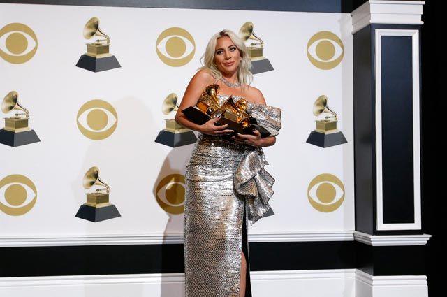 Леди Гага позирует закулисами сосвоими наградами заЛучшую песню.