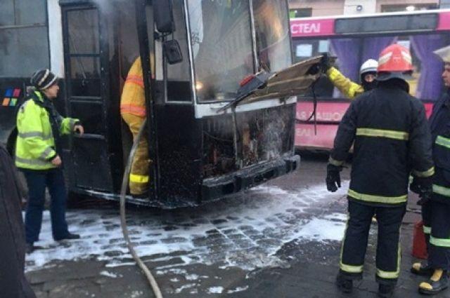 Троллейбус загорелся на Центральной площади в Черновцах утром в понедельник, 11 февраля.
