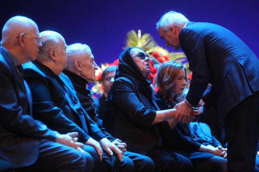 Вдова Сергея Юрского, актриса Наталья Тенякова, дочь Сергея Юрского Дарья, певец и композитор Полад Бюльбюль-оглы (справа).