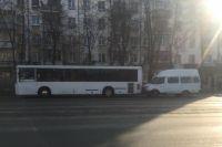 Маршрутка въехала в стоявший автобус.