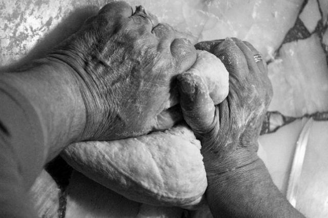 «Не разморозила тесто заранее»: тюменец избил сожительницу из-за ужина