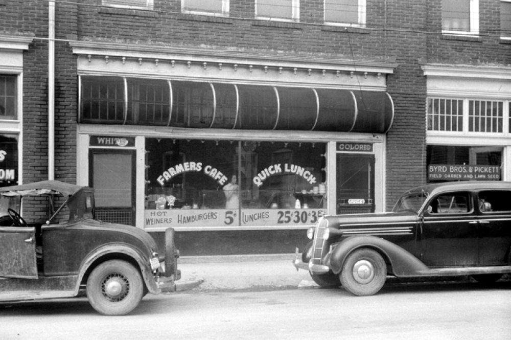 Кафе в Дареме, Северная Каролина. Отдельный вход для «белых» и «цветных», 1940 год.