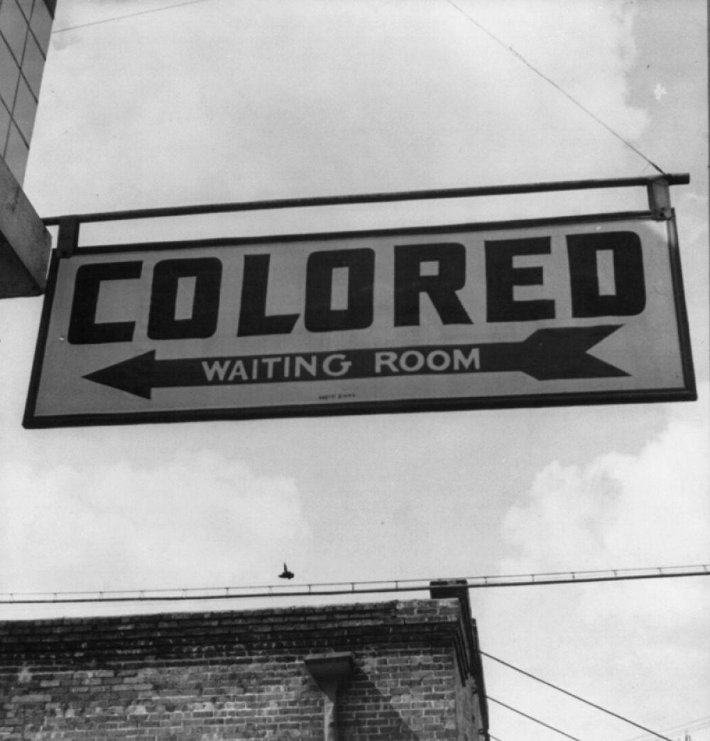 Знак «для цветных» в зале ожидания пассажиров на вокзале в штате Джорджия, 1943 год.