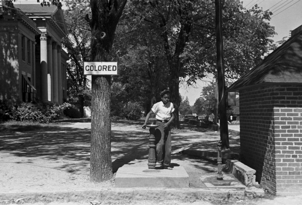 Питьевой фонтан у здания суда округа Галифакс в Северной Каролине, 1938 год.