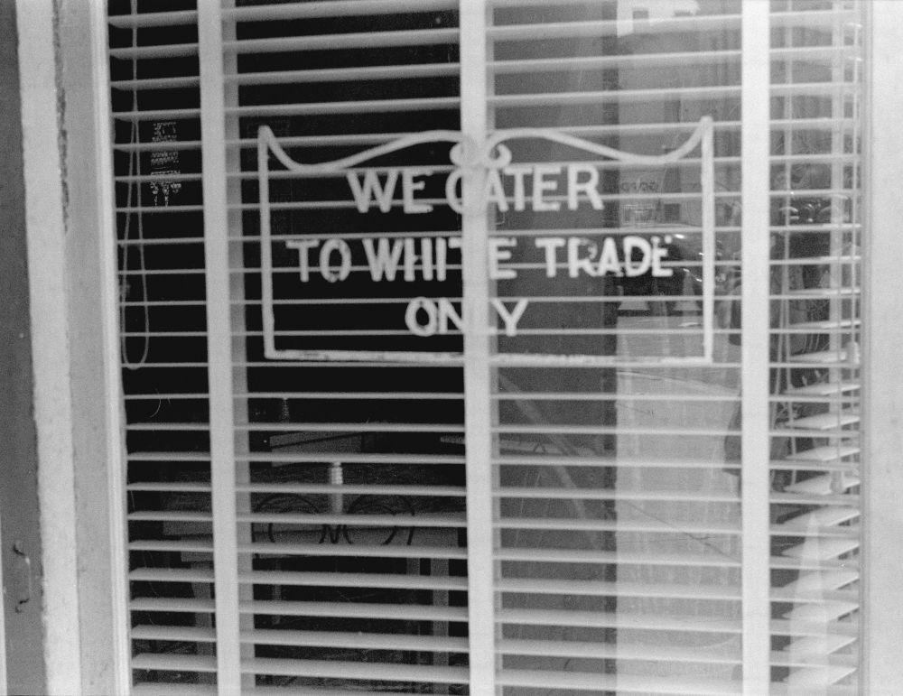 Надпись «Мы обслуживаем только белых» на витрине ресторана в Ланкастере, штат Огайо, 1938 год.