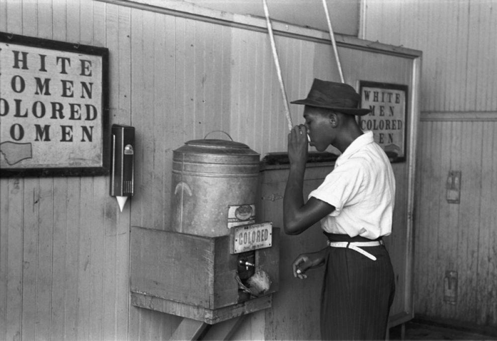 Баки с питьевой с водой для чернокожих и белых в Оклахоме, 1939 год.