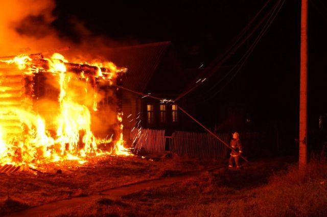 Огонь полностью уничтожил большой частный дом.
