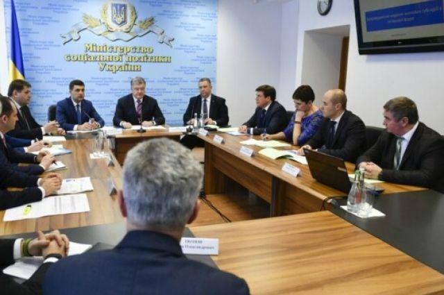 В Пенсионный фонд поступили средства для повышения пенсий, - Порошенко