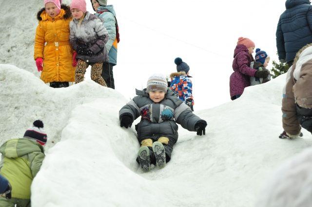 Маленький ребёнок получил травмы, катаясь с горки в Кировском районе Перми.