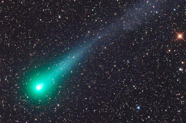 Комета появляется на небе поздно ночью.