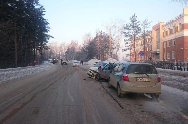 Девушка столкнулась с двумя автомобилями, которые ехали по встречке.