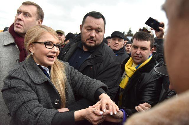 Лидер партии «Батькивщина» Юлия Тимошенко фотографируется слюдьми после своего выступления воЛьвове.