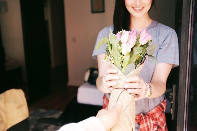 Ноябрьские волонтеры украсили больницу весенними цветами