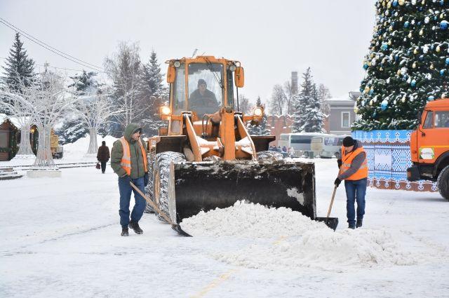Каждый день подрядные организации убирают около 12-13 кубометров снега.