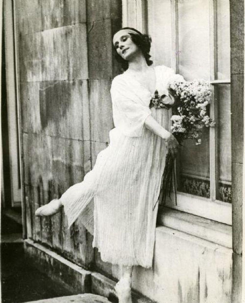 1911-1925 года - это 15 лет настоящей славы Анны Павловой. В это время балерина ездит на гастроли не только в Европу, но и неоднократно балерина бывала в Англии и США, Малайзию и Манилу, а также - Япония и Китай. В это время Анна Павлова с гастролями ездит и в Австралию. Увы, но денег и состояния ей особо это все не приносит, поскольку практически все сбережения уходят на тренировочные костюмы и пуанты. Известно, что балетной обуви у Анны Павловой было целых 36 пар и все их приходилось возить с собой в маленьком чемоданчике.