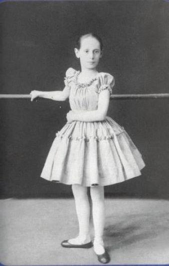 Анну Павлову с детства окружали тайны, и одна из них - тайна рождения. По легенде, которую рассказывала сама балерина, она была незаконнорожденной дочерью банкира Лазаря Полякова, который