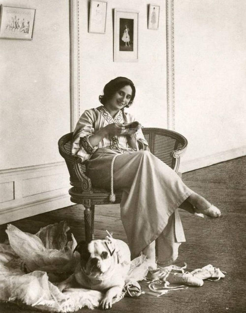 """Анну любили не только за ее бесконечную грацию, неповторимый стиль танца и партию Лебедя. Балерина, не имея собственной полноценной семьи и детей, всегда старалась помочь неимущим. Долгое время часть своих гонораров она перечисляла в Фонд помощи матерям, а во время Первой мировой войны давала благотворительные концерты для Красного Креста, перечисляла хорошую долю гонораров на нужды госпиталей и раненых. """"Анна благотворитель"""" - так называли ее многие знакомые."""