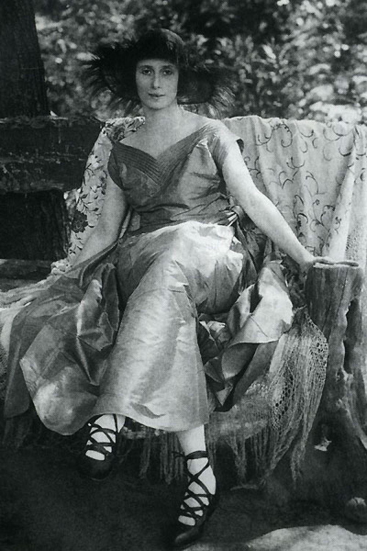 К сорока годам Анна Павлова становится мировой звездой - с ней работают не только лучшие балетмейстеры, но и дизайнеры. Однако, многие говорили, что Анна Павлова - очень придирчива к одежде, но и в первую очередь - к обуви. Всю обувь она делала на заказ и никогда не повторялась.
