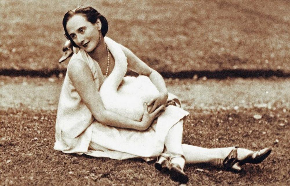 """Анна начинает гастролировать по миру, зарабатывая деньги и в конце концов, покупает виллу в Ковентри. Анна Павлова очень любила свой вид из спальни - он выходил на озеро, где жили лебеди. Один из них - Джек, очень привязался к балерине и всегда приходил к ней """"в гости"""", становясь героем домашних фотосессий балерины."""
