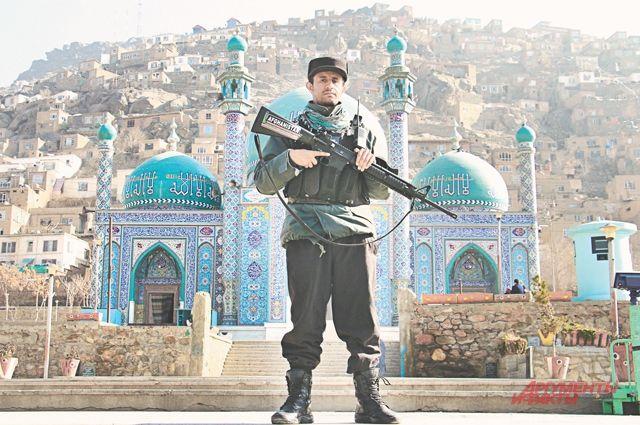 Афганский солдат образца 2019 г., вооружённый американской винтовкой М16.