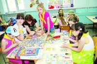 Родительскую плату в лагерях с дневным пребыванием, в том числе профильных, планируется установить в размере 550 руб. за смену в дни весенних и осенних каникул и 2300 руб. за смену в дни летних каникул.