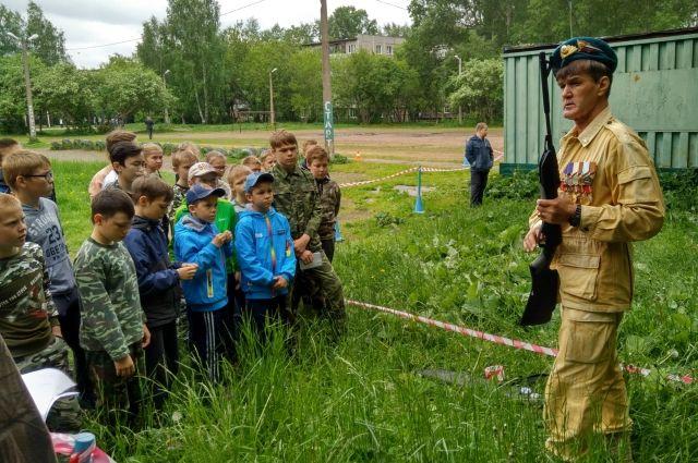 Уже много лет Роман Курбанов (справа) не только тренирует детей, но и занимается военно-патриотическим воспитанием подрастающего поколения.