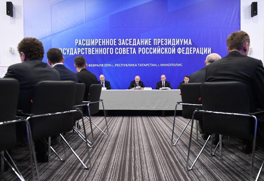 Владимир Путин провел в Иннополисе заседание президиума Государственного Совета РФ. Участники встречи обсудили вопросы улучшения жилищных условий и формирования комфортной городской среды.