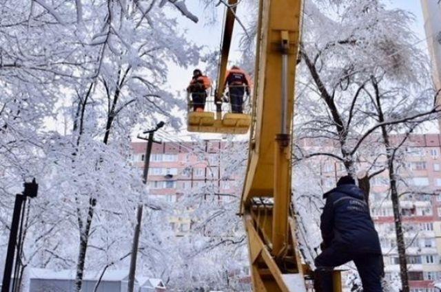 Вследствие осложнения погодных условий (снег, местами мокрый снег и порывы ветра) 13 февраля в Украине были обесточены 188 населенных пунктов.