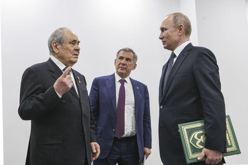 Минтимер Шаймиев подарил главе государства 9-й том Книги благотворителей, в которой есть имя президента РФ.