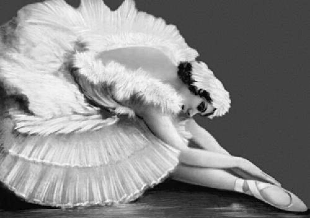 """Последние годы своей жизни Анна Павлова работала буквально наизнос - гастроли за гастролями, причем часто для балерины не было нормальных условий для репетиций и проживания. Это Анну и погубило - она так любила танцевать, что не заметила, как простудилась в репетиционном зале в Гааге и буквально за две недели """"сгорела"""" из-за гнойного плеврита. """"Приготовьте мой костюм лебедя"""" - таковы были последние слова Анны Павловой перед тем, как она упорхнула в вечность."""