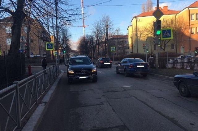 В Калининграде Mercedes на светофоре сбил пешехода
