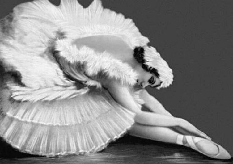 Последние годы своей жизни Анна Павлова работала буквально наизнос - гастроли за гастролями, причем часто для балерины не было нормальных условий для репетиций и проживания. Это Анну и погубило - она так любила танцевать, что не заметила, как простудилась в репетиционном зале в Гааге и буквально за две недели