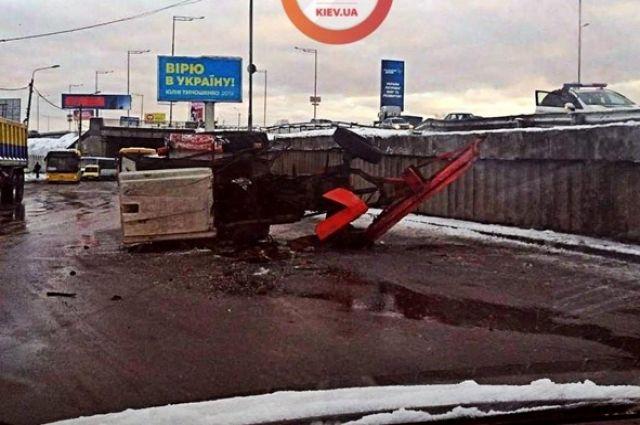 В Киеве грузовик снес с эстакады коммунальный трактор.