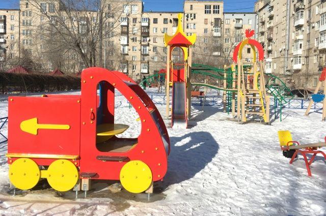 Новые детские площадки стали уже привычной деталью городского пейзажа.