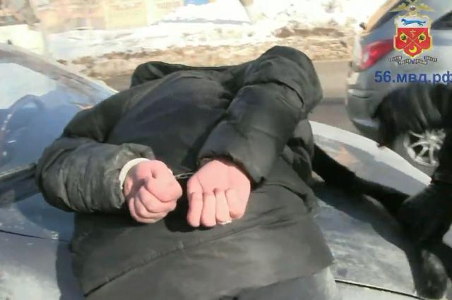 Видео: в Оренбурге задержаны подозреваемые в серии квартирных краж