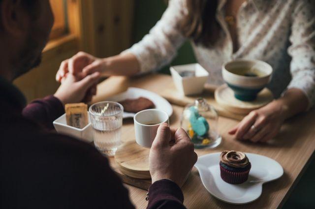 В кафе советуют поторопиться и заказать столик для романтического вечера заранее.