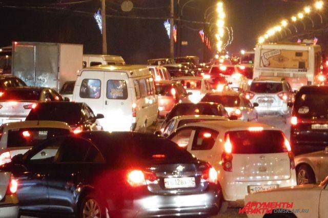 Пассажиры общественного и частного транспорта возмущены скоростью движения на дорогах.