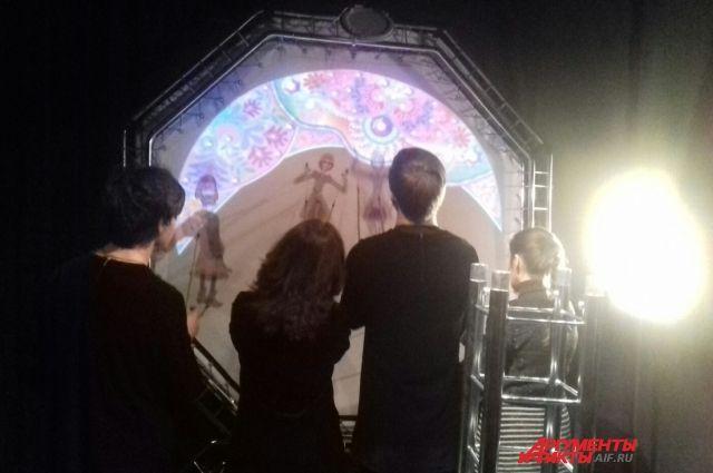 Всеми куклами в спектакле управляют 4 актёра.