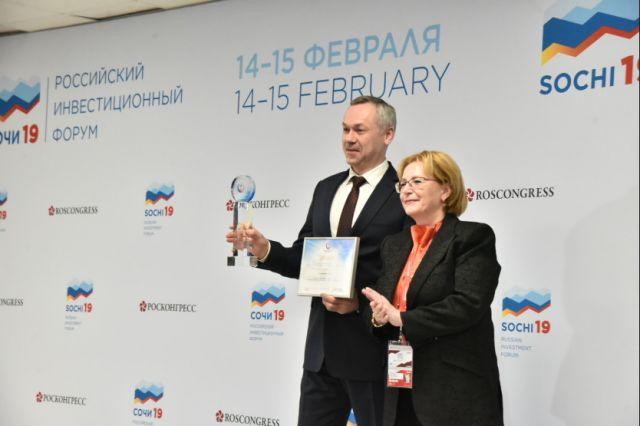 Министр здравоохранения Вероника Скворцова вручила награду Андрею Травникову