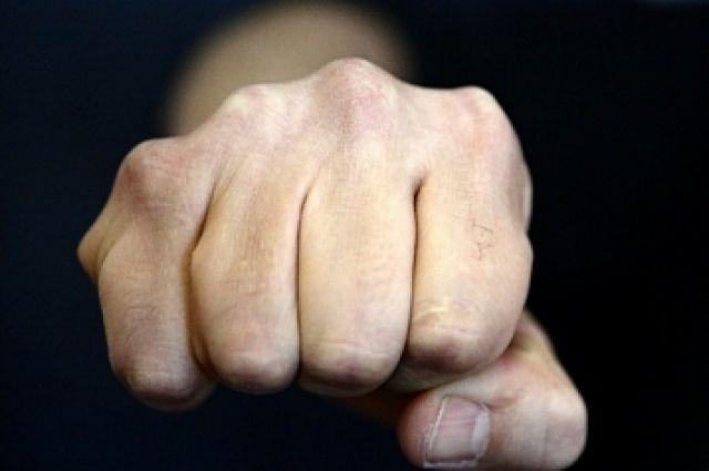 Ревнивец набросился на соперника с кулаками.