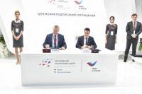 Соглашение подписали Губернатор Андрей Травников и генеральный директор АО «Российский экспортный центр» Андрей Слепнёв