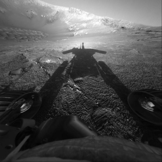 Автопортрет марсохода Opportunity, полученный благодаря тени от Солнца и передней камере.