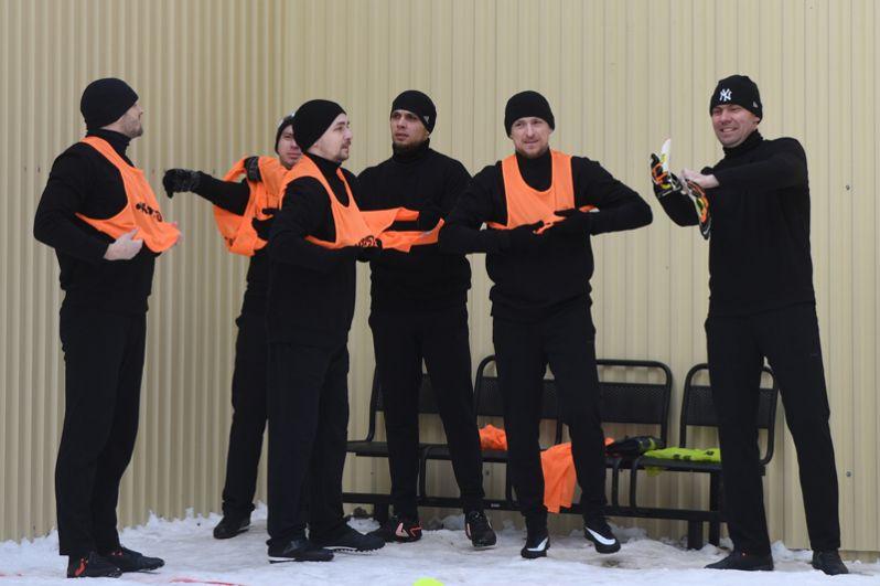 Игрок ФК «Краснодар» Павел Мамаев (второй справа) перед началом футбольного матча между заключенными московского СИЗО «Бутырка».