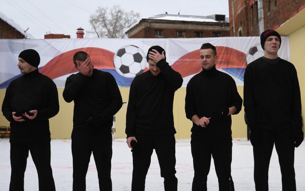 Игрок ФК «Краснодар» Павел Мамаев (в центре) после матча между заключенными московского СИЗО «Бутырка».