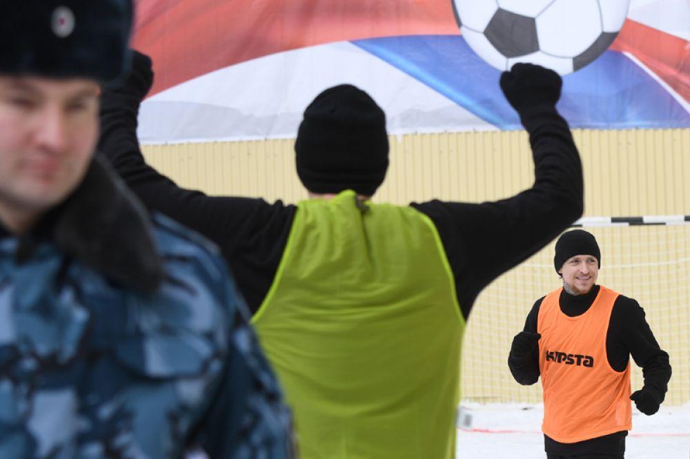 Игрок ФК «Краснодар» Павел Мамаев (справа) перед началом футбольного матча между заключенными московского СИЗО «Бутырка».