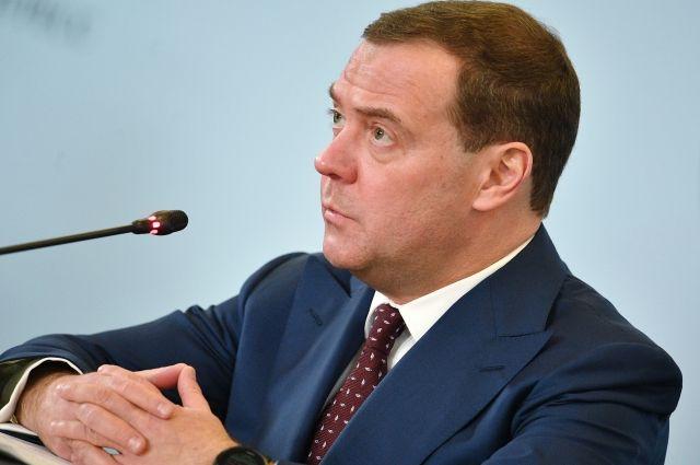 Медведев считает «шизоидной историей» новый пакет антироссийских санкций