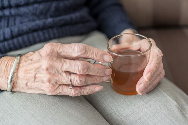 81-летняя пенсионерка поверила незнакомой женщине, которая подошла к ней в торговом центре.